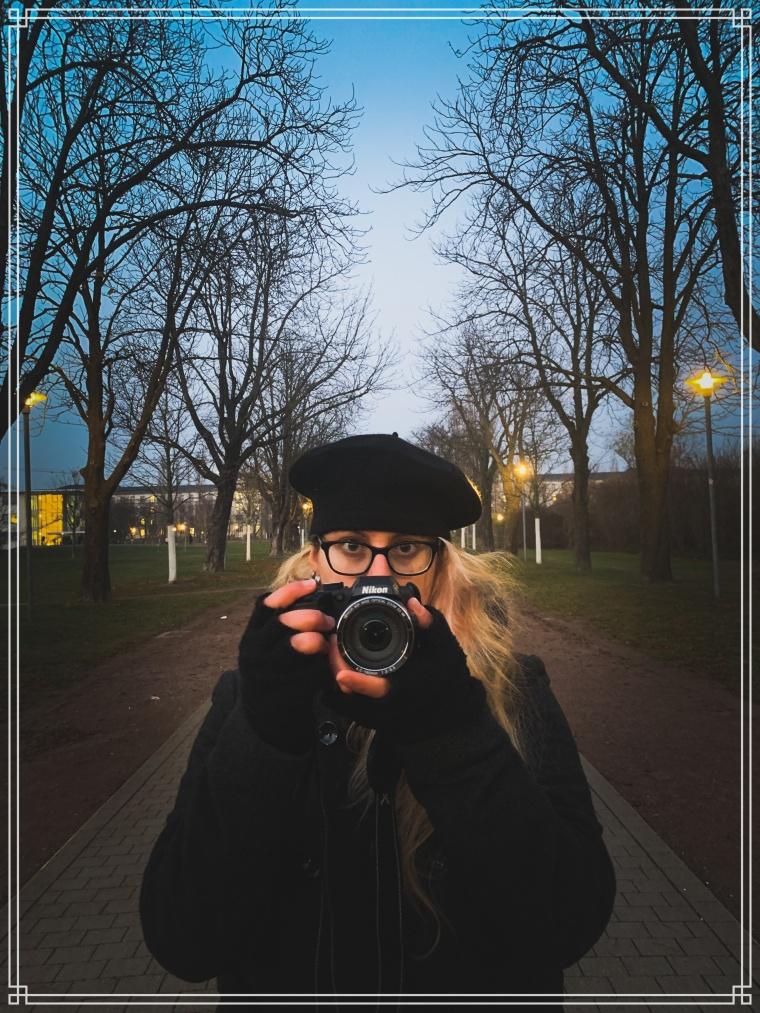 una fotografa mentre lavora